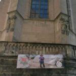 """""""Wir müssen handeln"""" – das AK-Banner an der Stiftskirche"""